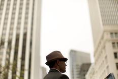 Un hombre usando un sombrero en San Francisco, California. Imagen de archivo, 20 marzo, 2015.  El ritmo de crecimiento en el sector de servicios de Estados Unidos cayó en marzo a su nivel más bajo en tres meses, pero las exportaciones subieron a su mayor nivel en más de dos años, mostró un informe de la industria publicado el lunes. REUTERS/Robert Galbraith