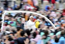Pope Francis waves at the end of the Easter Mass in St. Peter's square at the Vatican April 5, 2015. REUTERS/Alessandro Bianchi