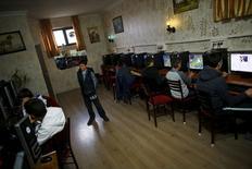 Personas usan computadores en un cyber café en Ankara , 6 abril, 2015. Turquía bloqueó el lunes el acceso a Twitter y YouTube luego de que rechazaran una petición para retirar imágenes de un fiscal de Estambul amenazado con una pistola, tomadas horas antes de morir en un tiroteo la semana pasada, dijeron funcionarios. REUTERS/Umit Bektas