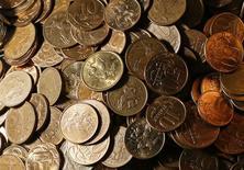 Монеты по 50 и 10 копеек в офисе частной компании в Красноярске. 6 ноября 2014 года. Госэнергохолдинг ИнтерРАО советует акционерам согласиться на дивиденды в размере 0,1 копейки на акцию при цене на бирже в 1,15 рубля, сообщила компания. REUTERS/Ilya Naymushin