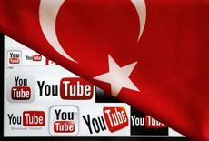 En la imagen, logos de YouTube en la pantalla de un computador cubierto con la bandera de Turquía en esta ilustración tomada en Ankara. 27 de marzo, 2014.  Twitter y Facebook han prometido combatir una prohibición turca que bloqueó temporalmente esta semana el acceso a los sitios de redes sociales, una medida que los críticos dicen que evidencia aún más el creciente autoritarismo de Ankara. REUTERS/Umit Bektas