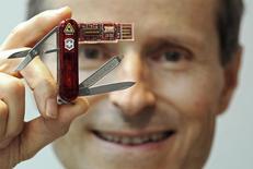 Le groupe industriel helvétique Victorinox, connu pour son couteau suisse, prévoit de dévoiler une montre connectée d'ici le début de l'année prochaine, a annoncé mardi son directeur général., Carl Elsener (photo). /Photo d'archives/ REUTERS/Toby Melville