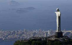 Turistas visitan el Cristo Redentor en Rio de Janeiro. Imagen de archivo, 26 febrero, 2015.  La tasa de inflación anual de Brasil se habría acelerado a más de un 8 por ciento en marzo, que sería su nivel más alto en más de 10 años, manteniendo la presión sobre el banco central para que suba más las tasas de interés, mostró el martes un sondeo de Reuters. REUTERS/Ricardo Moraes