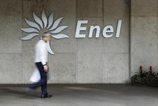 Логотип Enel у штаб-квартиры компании в Риме 11 ноября 2014 года. Подконтрольная итальянской Enel российская генерирующая компания Enel Russia (бывшая ОГК-5) ждет снижения чистой прибыли и EBITDA в текущем году относительно 2014 года. REUTERS/Tony Gentile