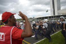 Membros da PUT em confronto a polícia durante protesto do lado de fora do Congresso.  07/04/2015   REUTERS/Wilson Dias/Agencia Brasil/Handout via Reuters