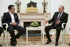 En la imagen, Putin se entrevista con el primer minsitro griego  Alexis Tsipras en el Kremlin, el 8 de abril de 2015. El primer ministro griego, Alexis Tsipras, comenzó el miércoles unas conversaciones con el presidente ruso, Vladimir Putin, en momentos en que el país heleno se esfuerza por conseguir financiamiento, aunque los funcionarios dijeron que Atenas no pidió dinero a Moscú.  REUTERS/Alexander Zemlianichenko/Pool