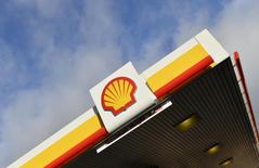 Shell branding is seen at a petrol station in west London, in this January 29, 2015 file photo.  REUTERS/Toby Melville