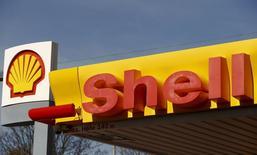 El logo de Shell visto en una de sus estaciones gasolineras en Zurich, 8 abril, 2015.  El acuerdo de compra por parte de Royal Dutch Shell de su rival menor BG Group creará un poderoso actor en la floreciente región subsal de Brasil, con el dinero y la tecnología necesarios para sacar adelante proyectos con su complicado socio, la estatal Petrobras. REUTERS/Arnd Wiegmann