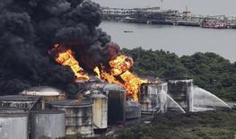 Incêndio em um terminal de armazenagem de combustíveis no distrito da Alemoa, em Santos, no litoral de São Paulo. 03/04/2015 REUTERS/Nacho Doce