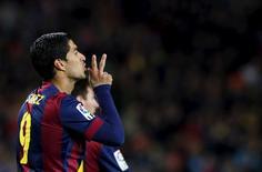 Luis Suarez, do Barcelona, comemora gol contra o Almeria pelo Campeonato Espanhol, no estádio Camp Nou, em Barcelona, nesta quarta-feira. 08/04/2015 REUTERS/Albert Gea
