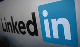 LinkedIn a annoncé jeudi le rachat de Lynda.com, une société non cotée spécialisée dans les programmes d'éducation en ligne, pour un montant d'environ 1,5 milliard de dollars (1,39 milliard d'euros) en numéraire et en actions. /Photo d'archives/REUTERS/Robert Galbraith