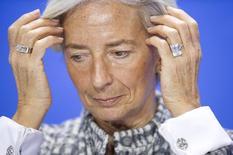 """Christine Lagarde, directora gerente del FMI, durante una conferencia de prensa en Berlín. Imagen de archivo, 11 marzo, 2015.  El crecimiento mediocre de la economía podría convertirse en la """"nueva realidad"""" y dejar a millones de personas estancadas en el desempleo, lo que incrementaría los riesgos para la inestabilidad financiera global, advirtió el jueves el Fondo Monetario Internacional. REUTERS/Stefanie Loos"""