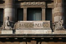 El logo del Banco de México en el edificio del organismo en Ciudad de México. Imagen de archivo, 23 enero, 2015. La inflación interanual de México se aceleró en marzo más de lo esperado, aunque se mantuvo cercana a la meta del banco central, en momentos en que una profunda depreciación de la moneda amenaza con presionar los precios al consumidor. REUTERS/Edgard Garrido
