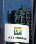 El logo de Petrobras visto en Sao Paulo. Imagen de archivo, 6 febrero, 2015.  La compañía estatal Petróleo Brasileiro SA dijo el jueves que aún no tiene una fecha para publicar los resultados auditados de su tercer y cuarto trimestre, retrasados por culpa de un escándalo de corrupción. REUTERS/Paulo Whitaker