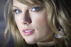 Cantora Taylor Swift chega num evento em Nova York em fevereiro. 15/02/2015 REUTERS/Carlo Allegri
