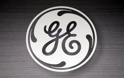 El logo de General Electric visto en un local comercial en Schaumburg. Imagen de archivo, 8 septiembre, 2014.  General Electric Co dijo que venderá la mayor parte de su cartera inmobiliaria de 30.000 millones de dólares en los próximos dos años, en momentos en que vuelve a sus raíces industriales, y reveló un gigantesco plan de recompra de acciones de hasta 50.000 millones de dólares. REUTERS/Jim Young