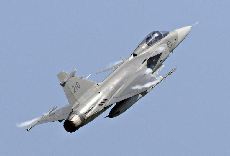 A Saab JAS 39C Gripen jet performs during an aerial show in Eslov in this June 5, 2011 file photo. REUTERS/Johan Nilsson/TT News Agency/Files