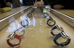 Dans un Apple Store new-yorkais. Apple a commencé vendredi à prendre des précommandes pour sa montre connectée et les délais de livraison d'au moins un mois semblent témoigner d'une forte demande pour ce nouveau produit, le premier lancé depuis l'arrivée de Tim Cook à la tête du géant américain des nouvelles technologies. /Photo prise le 10 avril 2015/REUTERS/Mike Segar