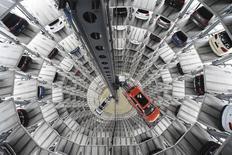 En la imagen, automóviles de Volkswagen son vistos en una torre de la planta del fabricante alemán en Wolfsburgo, 3 de marzo, 2015. La asociación de la industria alemana BDI es más optimista sobre las perspectivas de la mayor economía de Europa de lo que era hace tres meses debido a los bajos precios del petróleo, el fuerte consumo privado y la debilidad del euro, dijo su presidente el domingo.  REUTERS/Fabian Bimmer
