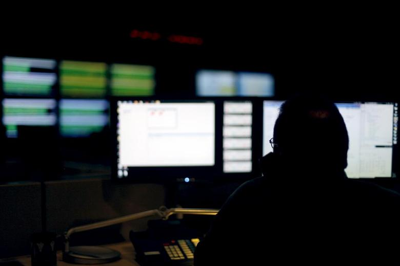 A cybersecurity expert monitors telecommunications traffic at a network operations center in a Verizon facility in Ashburn, Virginia in this July 15, 2014 file photo.  REUTERS/Jonathan Ernst/Files