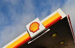 Shell annoncé lundi la cession de 185 stations-service en Grande-Bretagne à deux distributeurs indépendants, poursuivant la réduction de sa présence sur ce marché en Europe. Les stations-service vont continuer à opérer sous la marque Shell et vendre les produits du groupe pendant au moins cinq ans après la finalisation des contrats de cession. /Photo prise le 29 janvier 2015/REUTERS/Toby Melville
