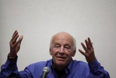 """En la imagen, Eduardo Galeano gesticula durante un acto en el palacio municipal en Ciudad de México, el 22 de febrero de 2011. El reconocido autor uruguayo Eduardo Galeano, que supo plasmar en su libro """"Las venas abiertas de América Latina"""" las tensiones entre los países desarrollados y la cuna de sus recursos naturales, falleció el lunes en Montevideo a los 74 años. REUTERS/Jorge Dan Lopez"""