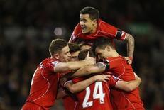 Jogadores do Liverpool comemoram após marcar segundo gol contra o Newcastle United.  13/4/15 Reuters / Andrew Yates