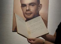 Un cuaderno del matemático Alan Turing fotografiado durante una previa a una subasta en Hong Kong. Imagen de archivo, 19 marzo, 2015.  Un cuaderno de 56 páginas que pertenecía a Alan Turing, pionero de las computadoras y que descifró códigos nazis en la Segunda Guerra Mundial, fue vendido en más de un millón de dólares en una subasta en Nueva York, dijo el lunes la casa de remates Bonhams. REUTERS/Bobby Yip