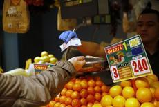 Les prix à la consommation ont diminué de 0,7% en Espagne en mars sur un an, leur neuvième mois consécutif de baisse. Leur recul était de 1,1% en février. /Photo d'archives/REUTERS/Andrea Comas