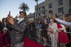 """Samuel L. Jackson tira """"selfie"""" com os fãs durante pré-estreia do filme em Hollywood.   14/04/2015   REUTERS/Mario Anzuoni"""
