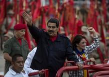 """En la imagen, Maduro en una ceremonia en Caracas el 13 de abril de 2015. El presidente de Venezuela, Nicolás Maduro, dijo el lunes que no prevé una recuperación de los precios del petróleo este año, haciendo hincapié en que los menores ingresos en dólares del país miembro de la OPEP deben ser administrados """"correctamente"""". REUTERS/Marco Bello"""