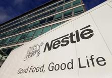 Logomarca da Nestlé vista na frente da sede da empresa, em Vevey, na Suíça.    17/10/2013   REUTERS/Denis Balibouse