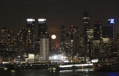 La luna escondiéndose trás los rascacielos de Nueva York, vista desde Weehawken, Nueva Jersey. Imagen de archivo, 6 marzo, 2015. Los inventarios de empresas en Estados Unidos subieron levemente más de lo esperado en febrero debido a que las ventas permanecieron débiles, una tendencia que podría dejar a las firmas con poco apetito por acumular más existencias. REUTERS/Pawel Kopczynski
