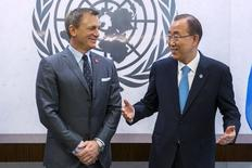 Ator Daniel Craig (esquerda) e o secretário-geral da ONU, Ban Ki-moon, na sede da organização em Nova York, nos Estados Unidos, nesta terça-feira. 14/04/2015 REUTERS/Lucas Jackson