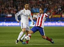 Disputa de bola entre Cristiano Ronaldo (esquerda), do Real Madrid, e Koke, do Atlético de Madri, no estádio Vicente Calderón, em Madri, na Esoanha, nesta terça-feira. 14/04/2015 REUTERS/Paul Hanna