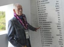 Sobrevivente do USS Arizona mostra nome do irmão gêmeo, morto no ataque à base de Pearl Harbor, durante cerimônia para lembrar o 73º aniversário da ofensiva japonesa, em Honolulu, no Havaí, em dezembro do ano passado. 07/12/2014 REUTERS/Hugh Gentry
