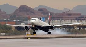 Avião fretado da Delta pousa no aeroporto Sky Harbor, em Phoenix, nos Estados Unidos. 26/01/2015 REUTERS/Kirby Lee/USA Today