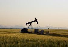 Станок-качалка на нефтяном месторождении близ Калгари. 21 июля 2014 года. Мировому рынку нефти понадобится больше времени, чем прогнозировалось, для достижения баланса спроса и предложения в связи с ростом поставок из стран ОПЕК и возможным увеличением экспорта из Ирана, говорится в отчете Международного энергетического агентства (IEA). REUTERS/Todd Korol