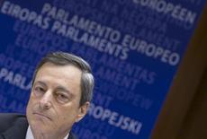 El presidente del BCE, Mario Draghi llega a una reunión del Parlamento Europeo en Bruselas. Imagen de archivo, 23 marzo, 2015. El Banco Central Europeo (BCE) espera aplicar de manera completa su programa de compra de bonos de gobiernos de la zona euro de 1 billón de euros, previsto hasta septiembre del 2016, dijo el miércoles su presidente, Mario Draghi. REUTERS/Yves Herman