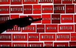 Logos de Netflix vistos en una fotografía tomada en Encinitas, California. Imagen de archivo, 14 octubre, 2014. El pionero de la transmisión de video por internet Netflix Inc sumó más suscriptores que los previstos en el primer trimestre, gracias a una agresiva expansión fuera de Estados Unidos. REUTERS/Mike Blake