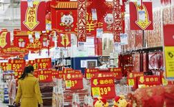Универсам в Пекине. 19 января 2015 года. Более половины китайских экспортеров полагают, что спад торговли продлится по меньшей мере шесть месяцев, так как расходы на производство растут, а спрос из Европы слабеет, свидетельствует исследование Рейтер, проведенное на Кантонской ярмарке. REUTERS/Kim Kyung-Hoon