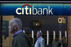 Personas caminan afuera de una sucursal de Citibank en Nueva York. Imagen de archivo, 15 octubre, 2013. Citigroup, el tercer banco más grande de Estados Unidos por activos, reportó el jueves su mayor utilidad trimestral en casi ocho años debido a un desplome de los costos legales y de reestructuración, lo que muestra que los esfuerzos de la entidad por apuntalar sus negocios están comenzando a rendir frutos. REUTERS/Andrew Kelly