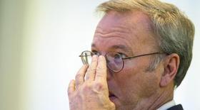 El presidente de Google, Eric Schmidt, durante un panel de discusión en Berlín. Imagen de archivo, 14 octubre, 2014. Schmidt podría no haberse dado cuenta durante el escándalo antimonopolio de la Unión Europea  contra el gigante estadounidense, pero la comisaria de Competencia del bloque, Margrethe Vestager, intenta elogiarlo. REUTERS/Hannibal