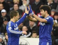 Diego Costa comemora com Hazard no Liberty Stadium, em Swansea. 17/1/2015 REUTERS/Rebecca Naden