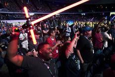 """Fãs comemoram o início da convenção anual """"Celebração Star Wars"""", em Anaheim, na Califórnia, Estados Unidos, nesta quinta-feira. 16/04/2015 REUTERS/David McNew"""