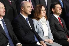 Глава ЦБР Эльвира Набиуллина и министр финансов РФ Антон Силуанов фотографируются на ежегодной встрече МВФ-Всемирного банка в Вашингтоне. 11 октября 2013 года. REUTERS/Jonathan Ernst