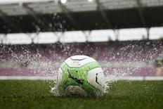 Мяч на поле стадиона в Женеве. 27 апреля 2013 года. REUTERS/Valentin Flauraud