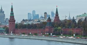Вид на Кремль в Москве 18 октября 2011 года. Опубликованные Росстатом данные показали продолжающееся ослабление внутреннего спроса - потребительского и инвестиционного, но глубина его падения оказалась лучше прогнозов и дает основания экспертам надеяться на менее глубокую рецессию. REUTERS/Anton Golubev