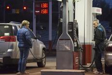 Personas compran gasolina en una estación en St. Louis, Missouri. Imagen de archivo, 14 enero, 2015. Los precios al consumidor en Estados Unidos subieron en marzo por segundo mes consecutivo debido a aumentos en el costo de la gasolina y de la vivienda, señales de cierta inflación que deberían mantener a la Reserva Federal en curso a comenzar un alza de las tasas de interés este año. REUTERS/Kate Munsch