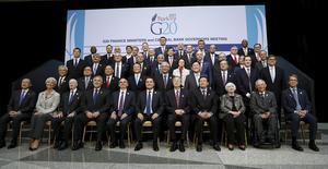 Ministros de finanzas posan para una foto grupal del G20 en Washington, 17 abril, 2015. El Grupo de las 20 economías más grandes del mundo adoptó el viernes un tono optimista sobre las perspectivas de crecimiento global, pero los funcionarios se mostraron preocupados de que la incapacidad de Grecia de alcanzar un acuerdo con sus acreedores pueda descarrilar la recuperación tentativa de Europa.  REUTERS/Gary Cameron